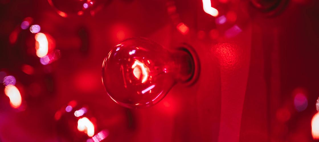 lâmpada vermelha para ilustrar explicação sobre a bandeira vermelha de energia