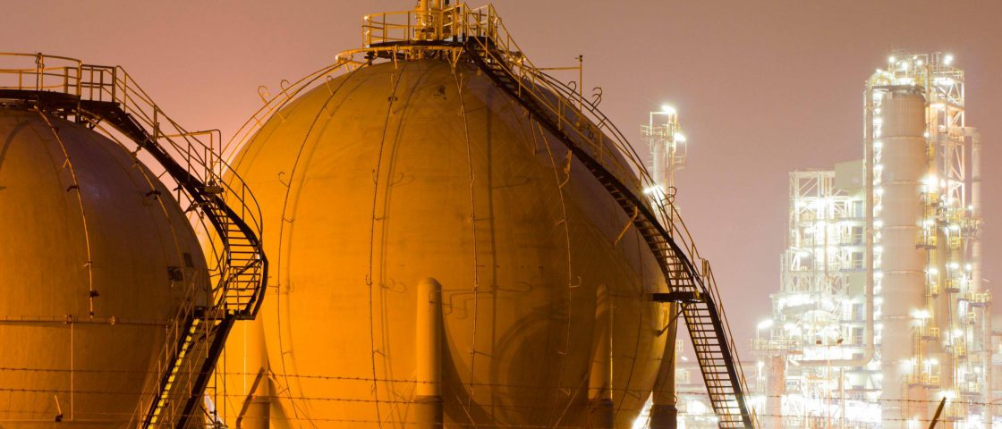 A,Large,Oil-refinery,Plant,With,Liquefied,Natural,Gas,(lng),Storage